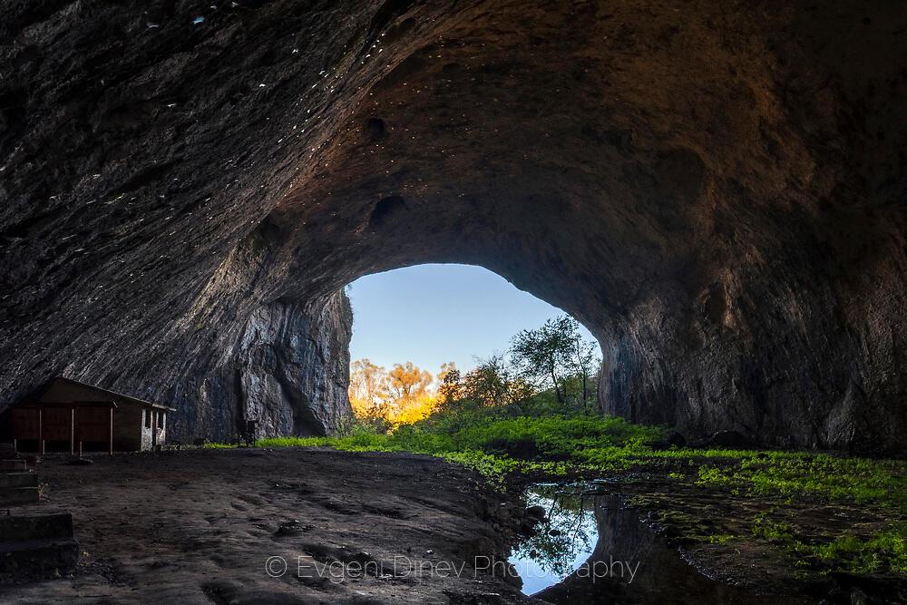 Входът на Деветашка пещера