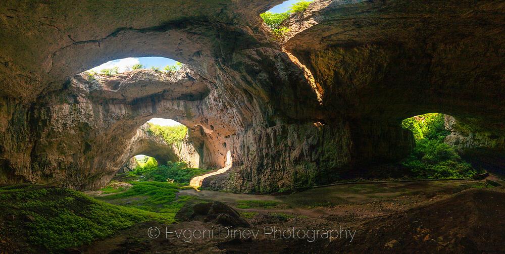Панорама отвътре на Деветашката пещера