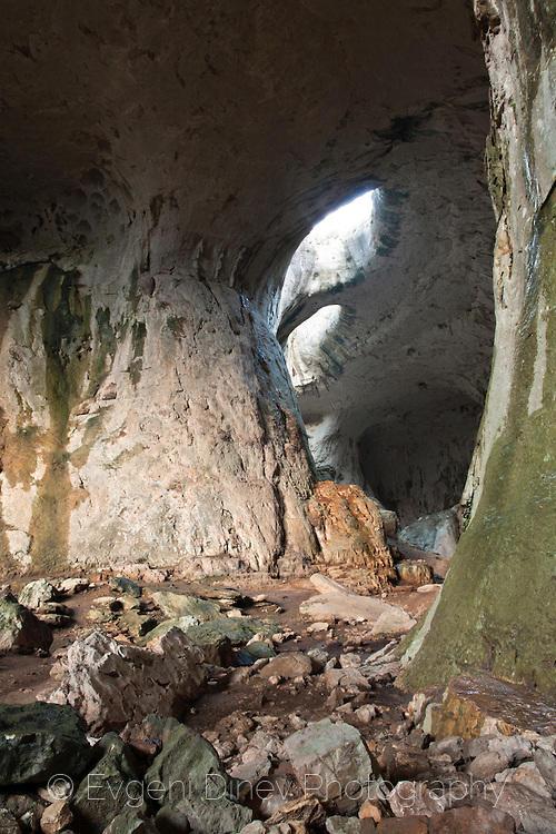 Очите на пещерата