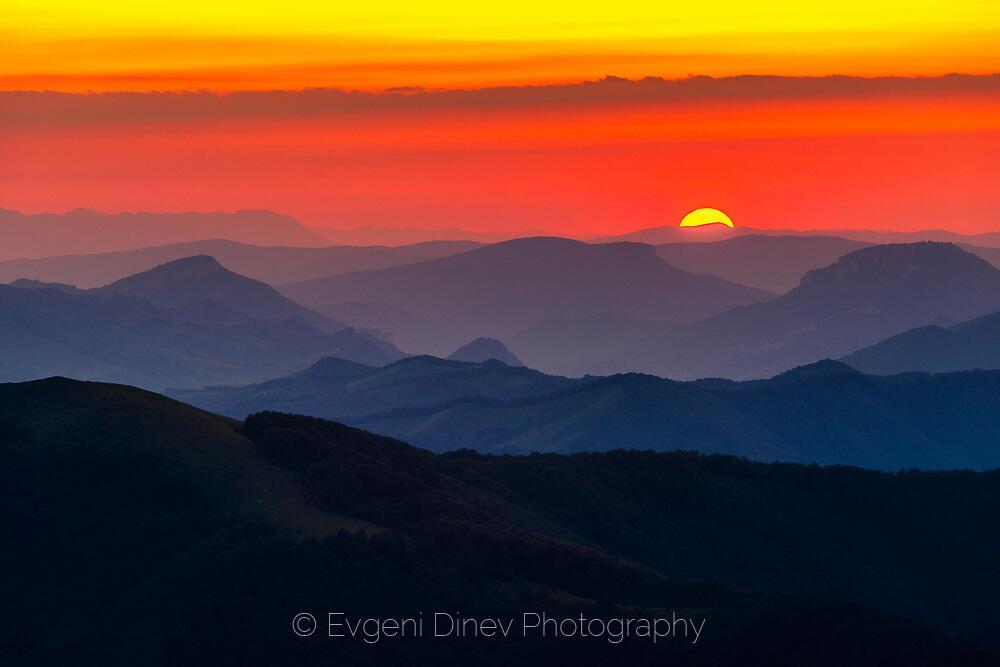 Слънцето залязва зад Старопланинсктие хълмове