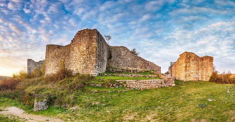 Крепостната стена на средновековния град Червен