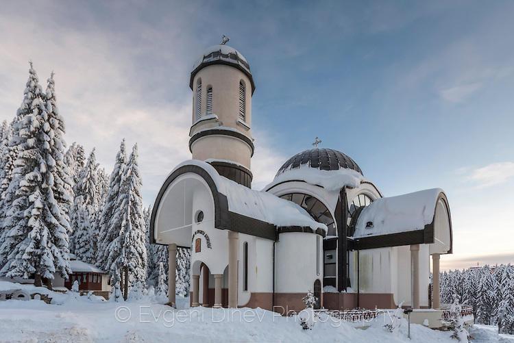 Църквата в Пампорово, покрита със сняг