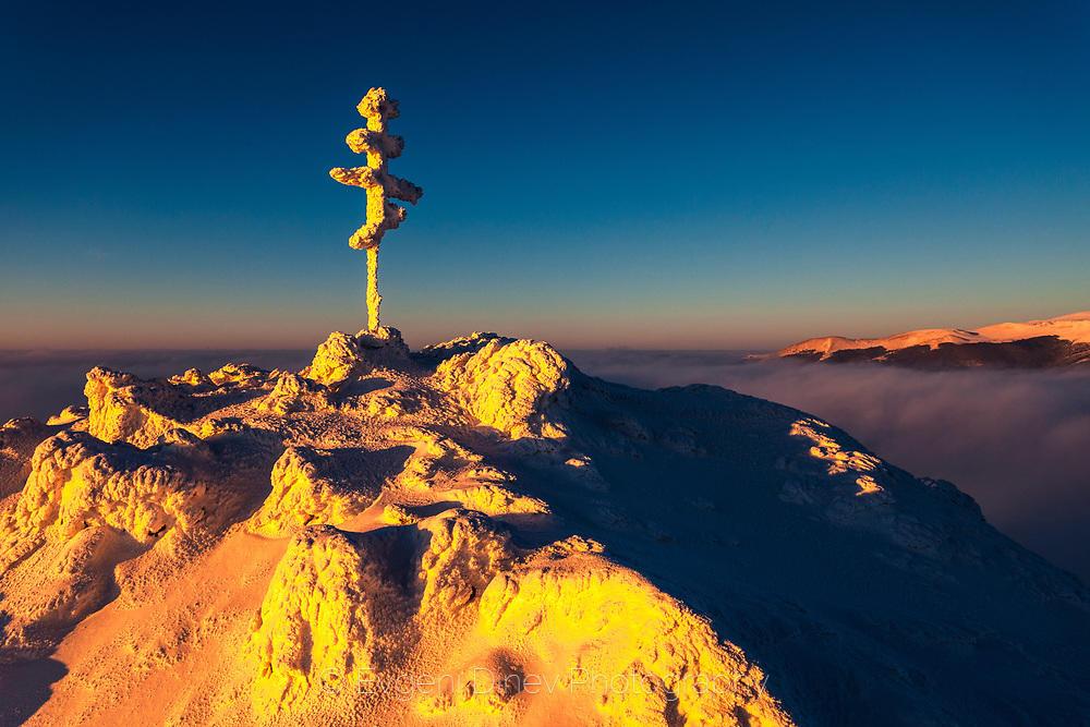 Кръст в снега