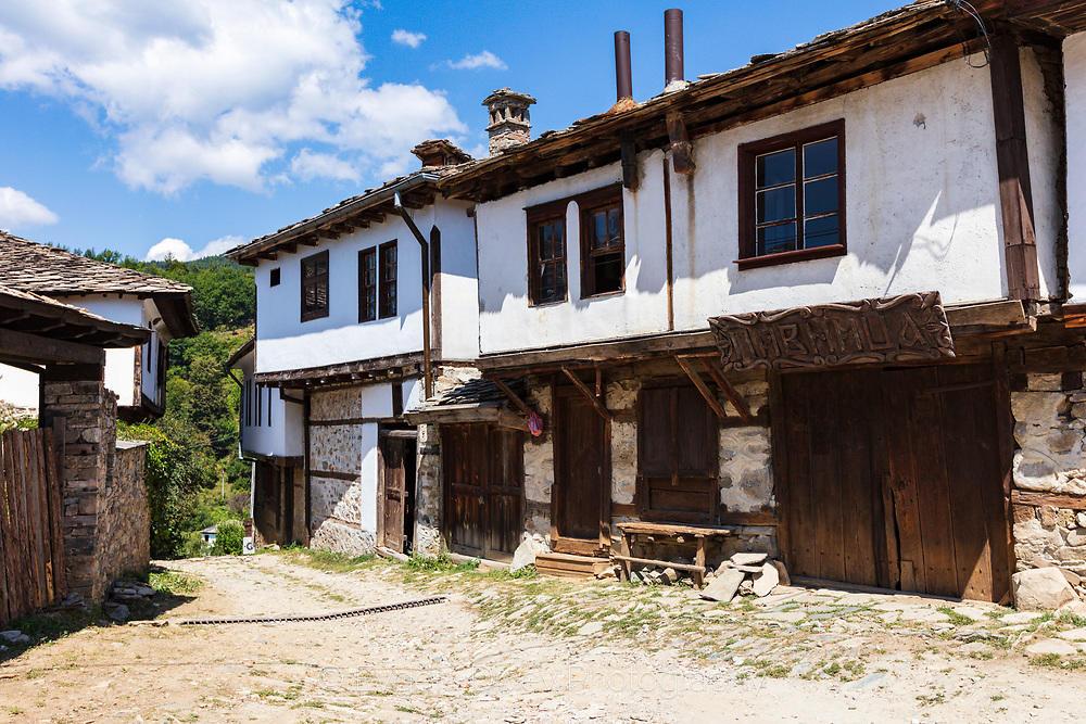 Типична старинна къща в село Долен