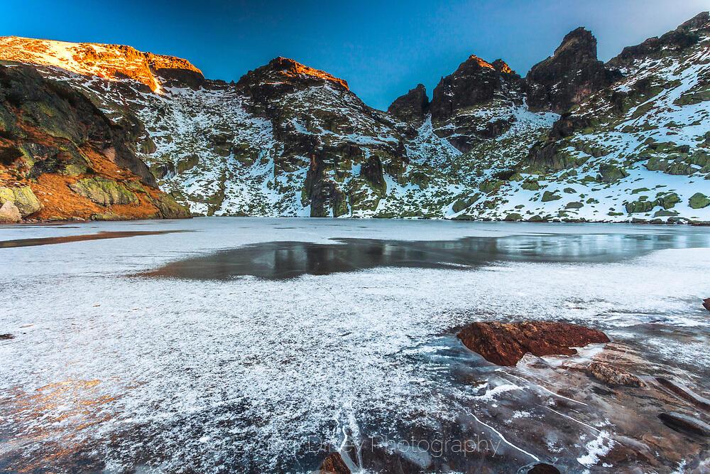 Върхове над замръзналото езеро