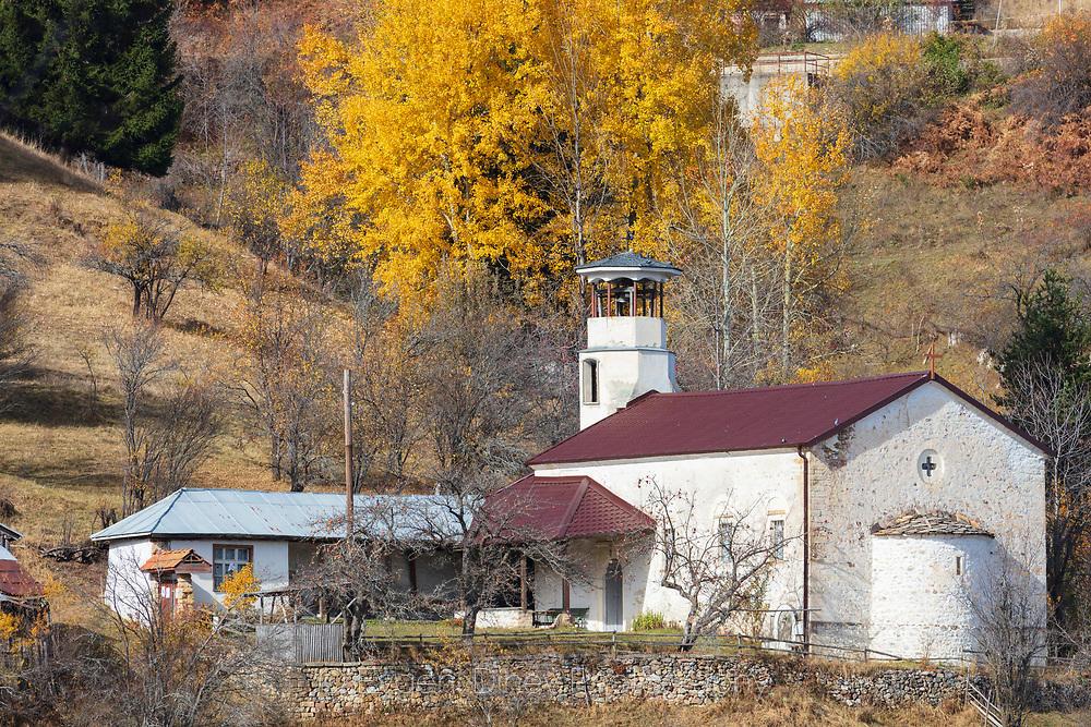 Бяла черква с червен покрив