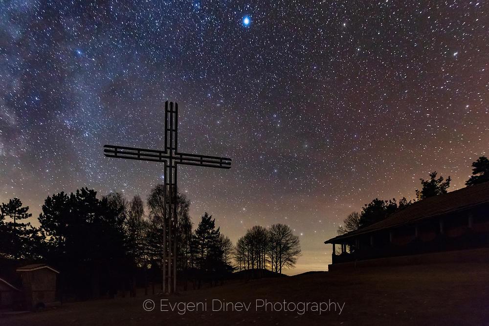 Кръст в небе със звезди