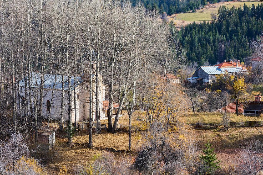 Църква обградена от гора в Гела