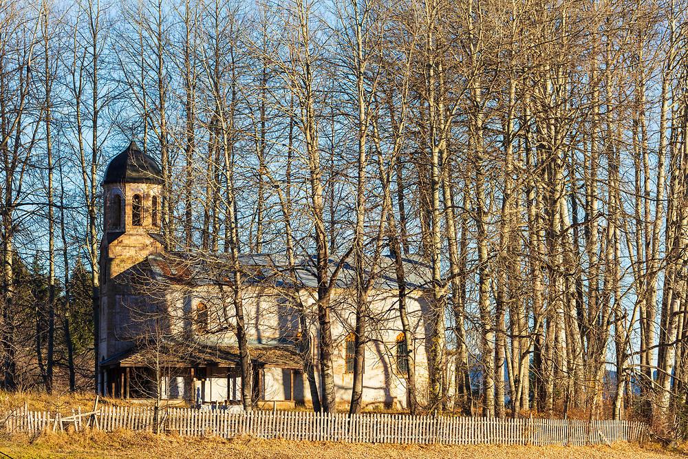 Църква зад завеса от дървета