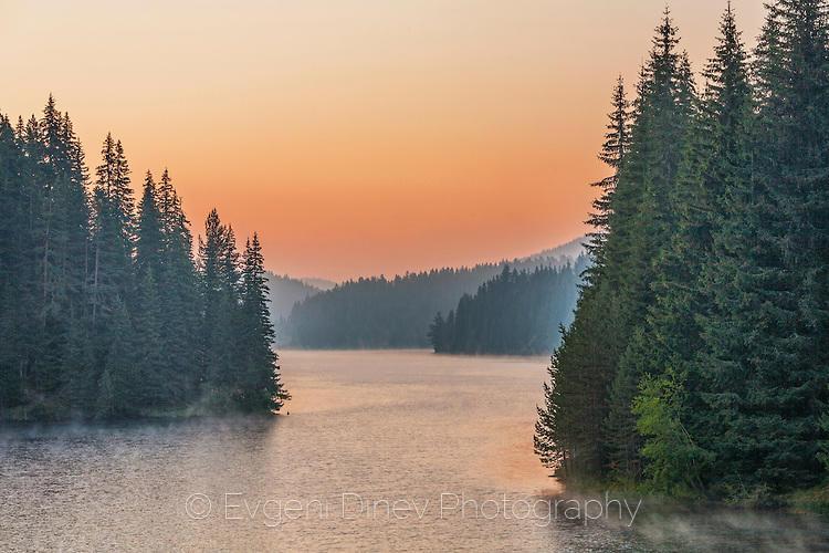 Край езерото рано сутрин