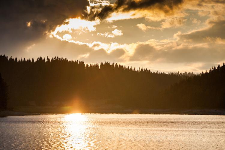 Златна пътека в езерото