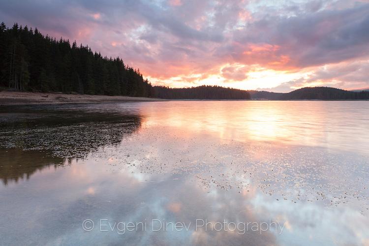 Отражения на залез в тихо езеро