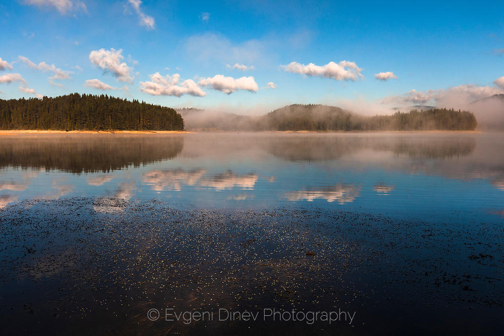 Минималистичен пейзаж с езеро и отражения