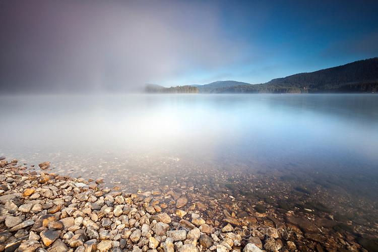 Мъглата над езерото се оттегля