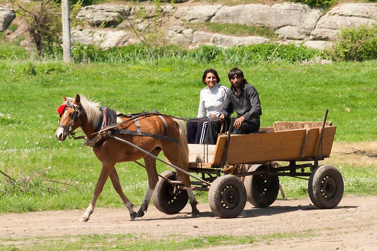 Циганин и циганка пътуват с каручка