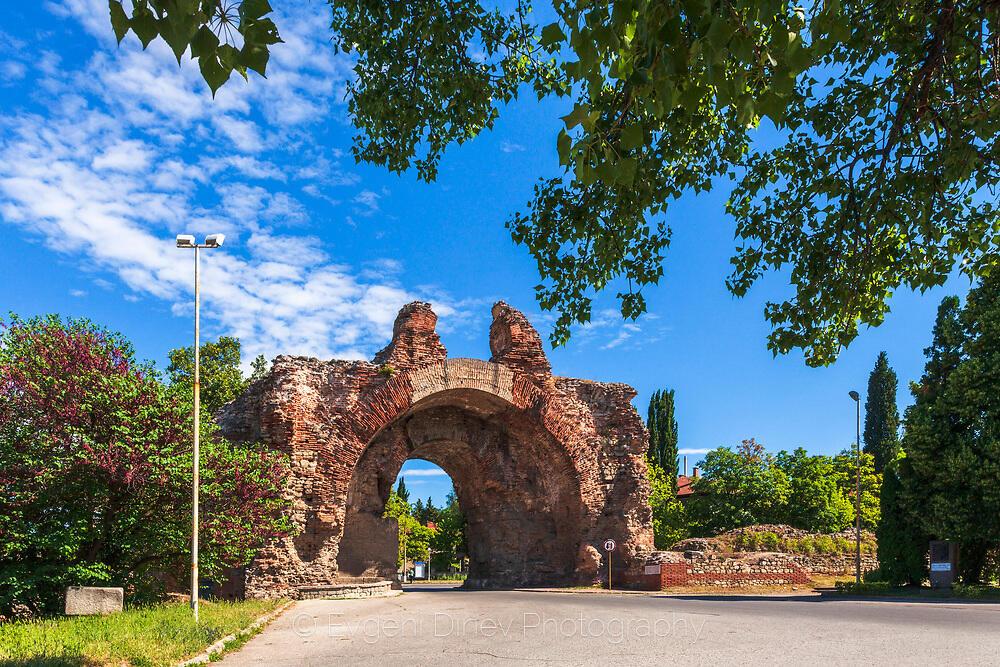Южната порта на римската крепост Диоклецианопол в град Хисаря