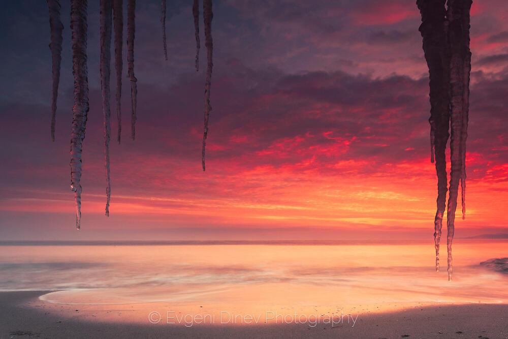 Ледени висулки край морския бряг