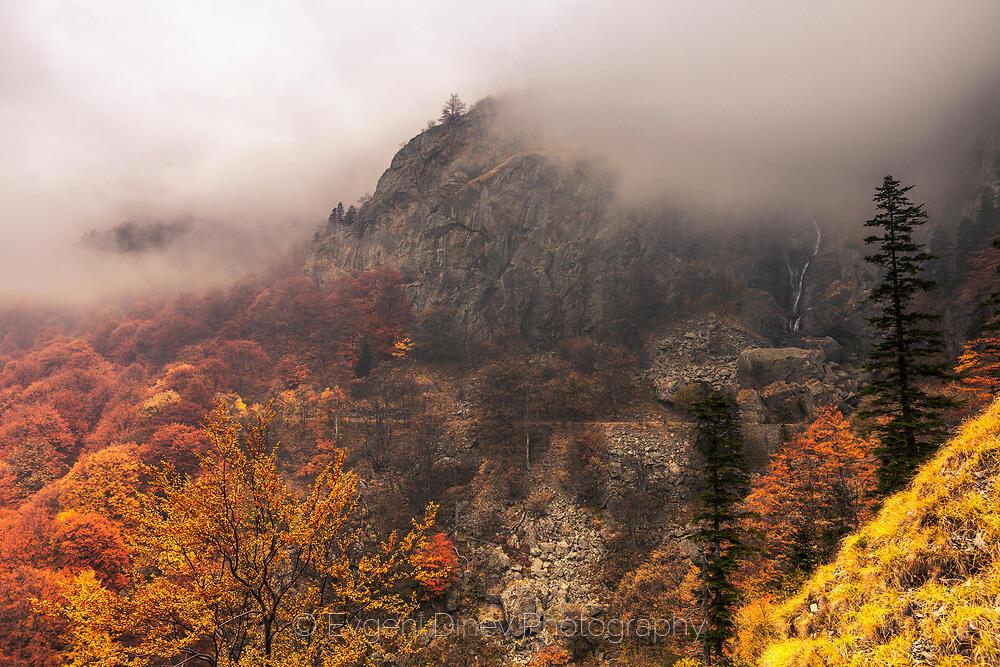 Есенна планина в мъгли