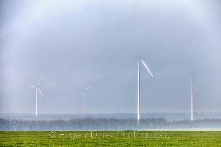 Ветрогенератори в мъглата