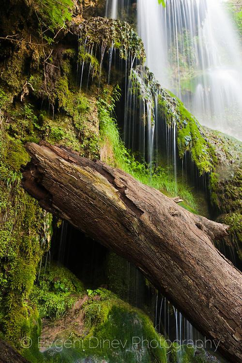 Под водопада