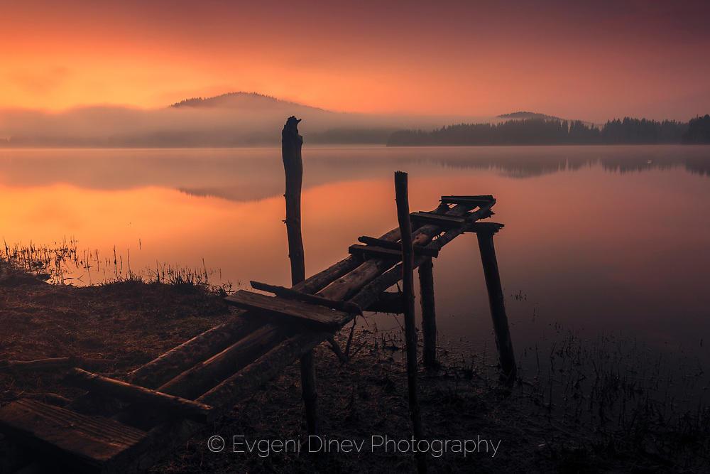 Кей в езеро от мъгла