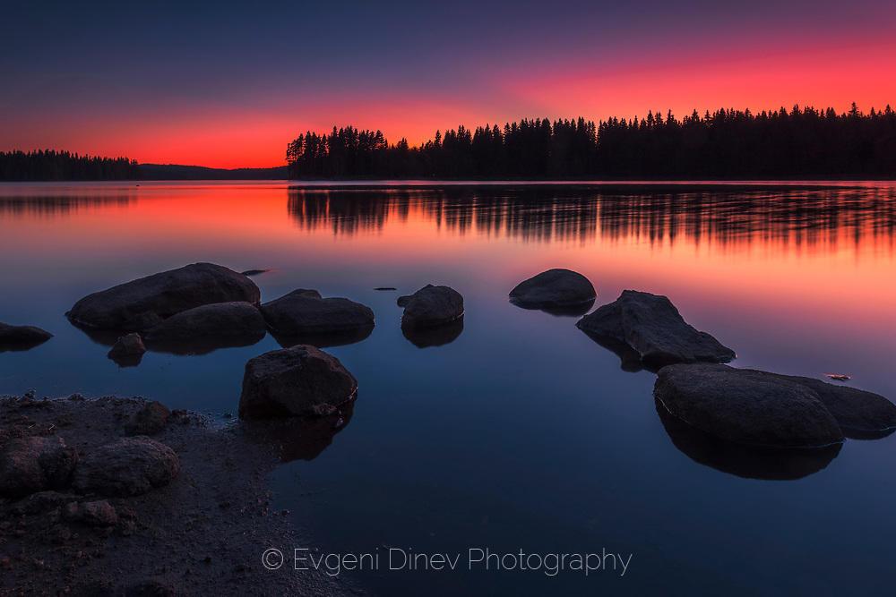 Лятна нощ край езерото