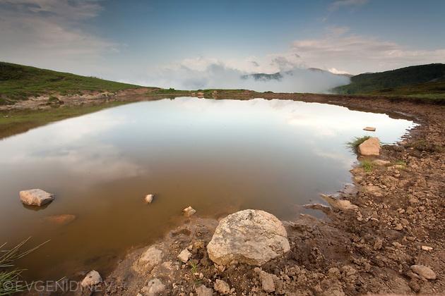 Малко дъждовно езерце в балкана