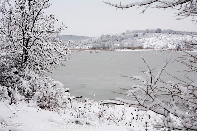 Прозорец към зимното езеро
