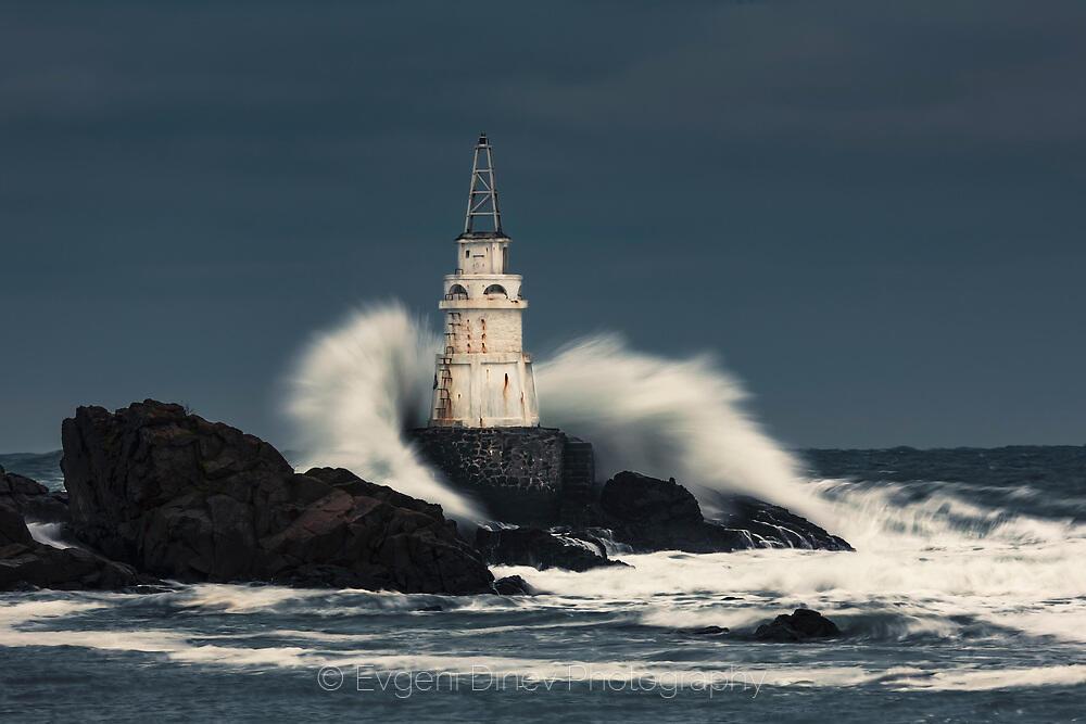 Вълна се разбива в морски фар