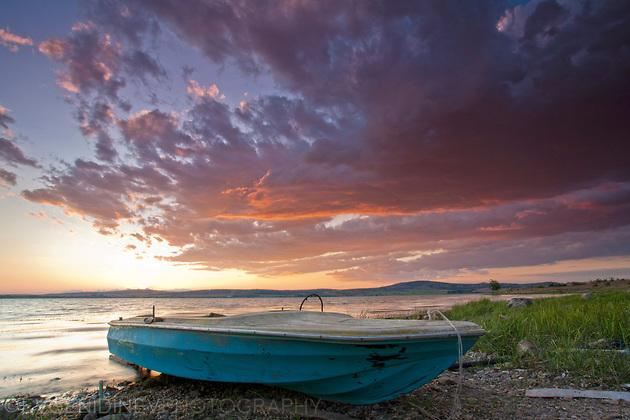 Синя лодка, червени облаци
