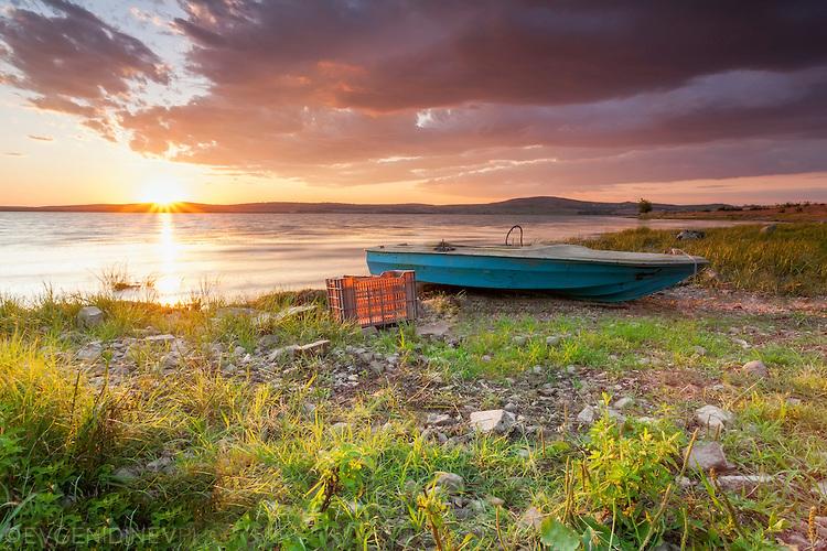 Синя лодка на Мандренското езеро