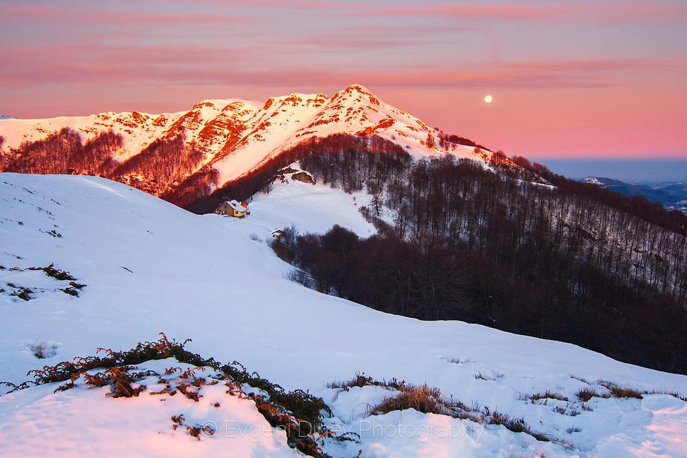 Хижа Мазалат с луна по изгрев