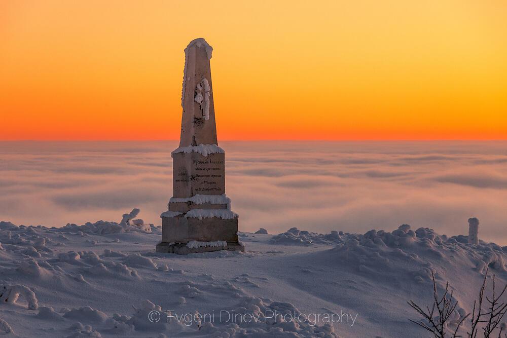 Паметник над облаците
