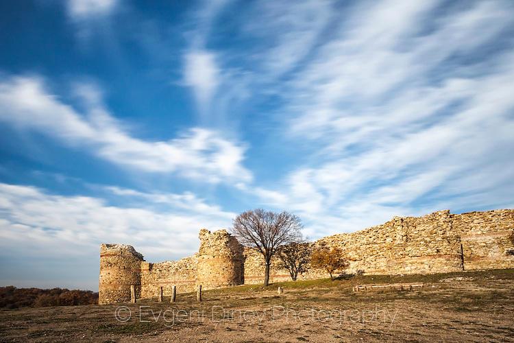 Външните стени на крепост Мезек