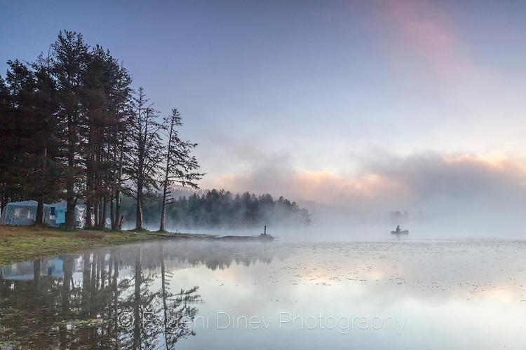 Рибар в мъгливо езеро