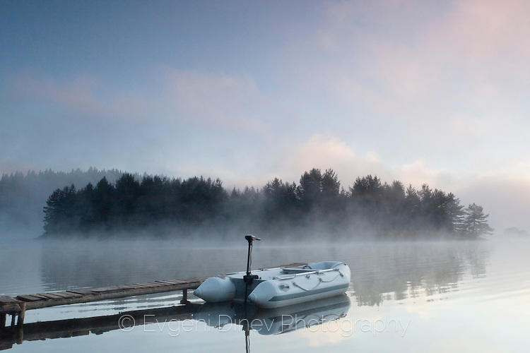 Малка гумена лодка на кея