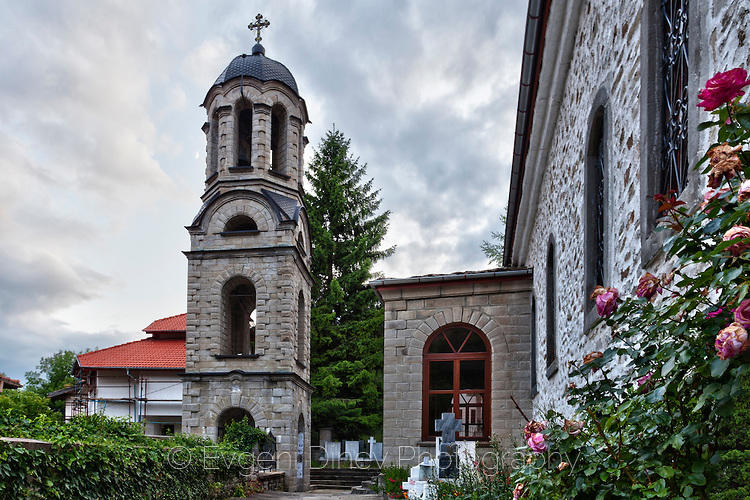 Църквата в Момчиловци