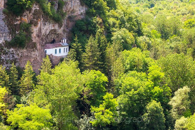Манастир изграден в скалите