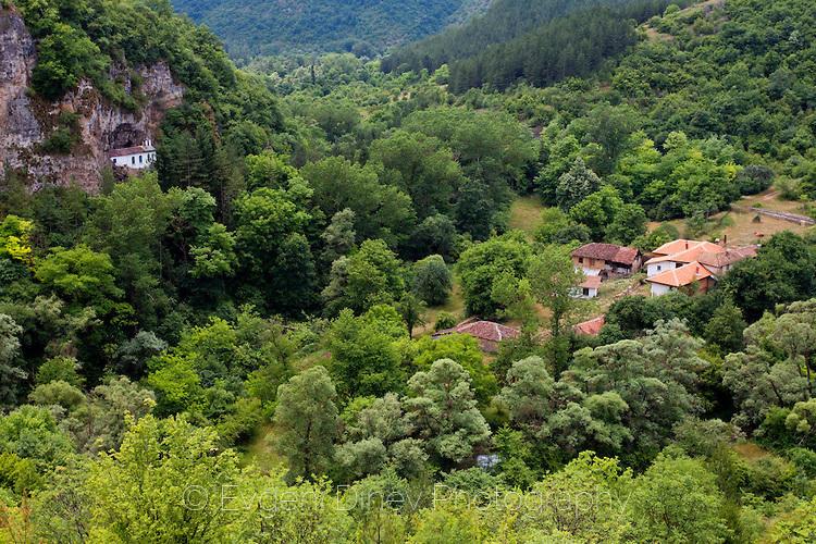 Стария и новия Разбоишки манастир