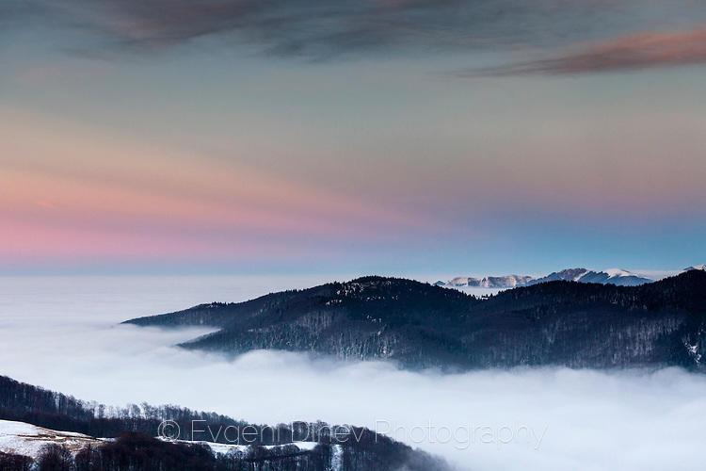 Върхове над облаците по залез