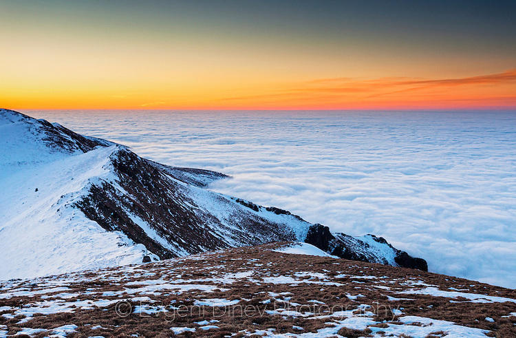 Облаци мият планинските нозе
