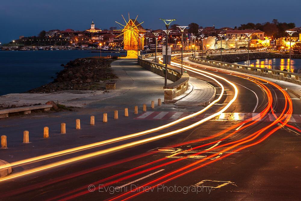 Провлакът към стария град нощем
