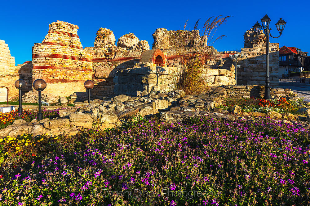 Руини на входа на стария Несебър