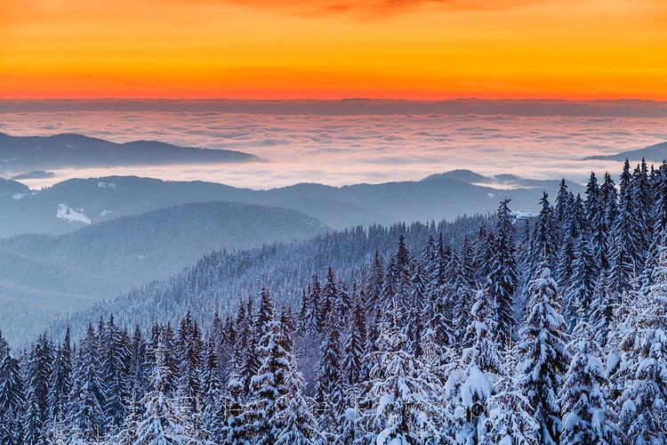 Оранжево небе с облаци под него