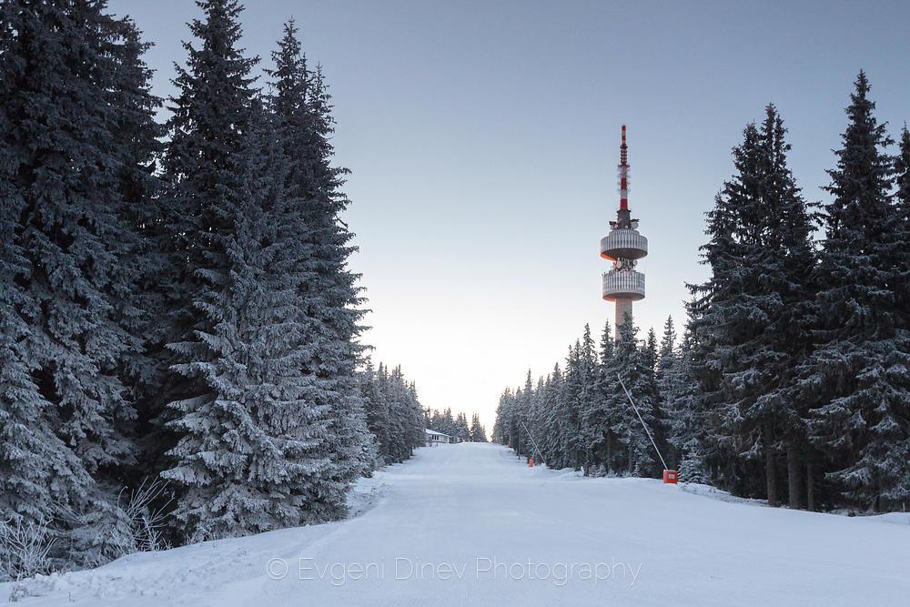 Кулата на връх Снежанка по изгрев