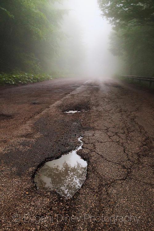 Локва в мъгливия път