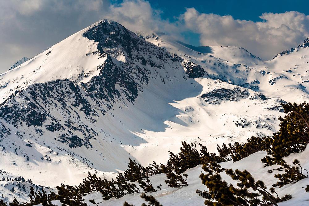 Снежен връх в Пирин