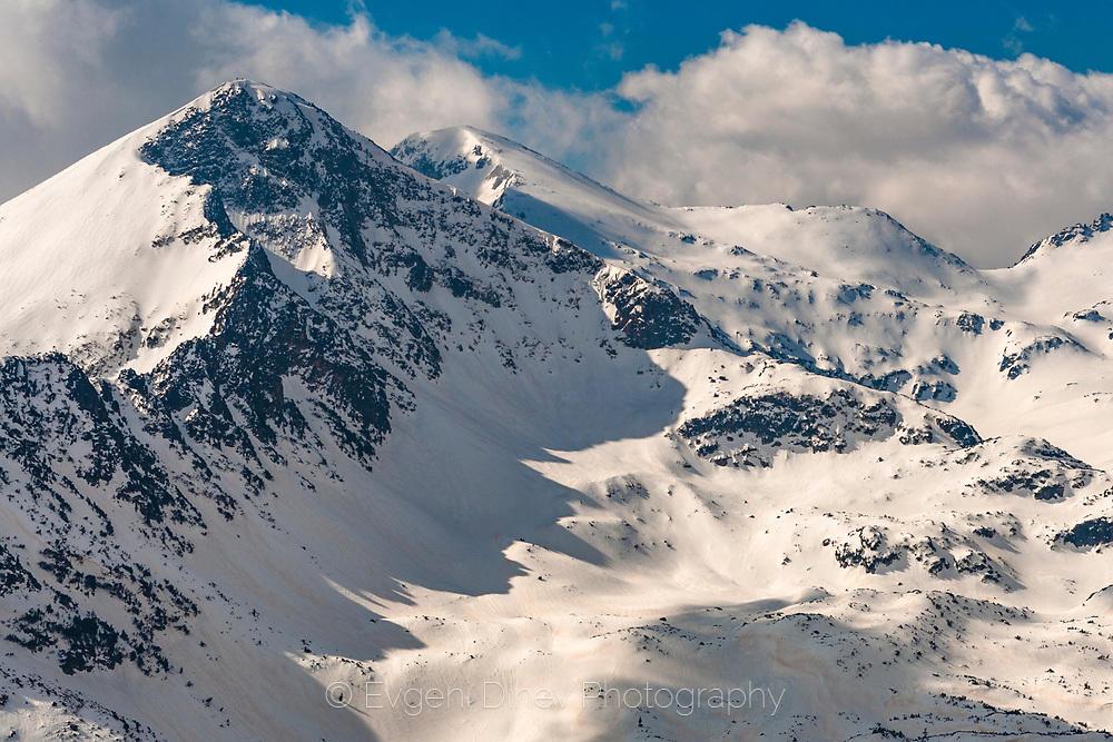 Снежни планински върхове в Пирин