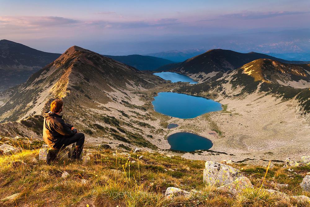 Планинар вгледан в Кременските езера