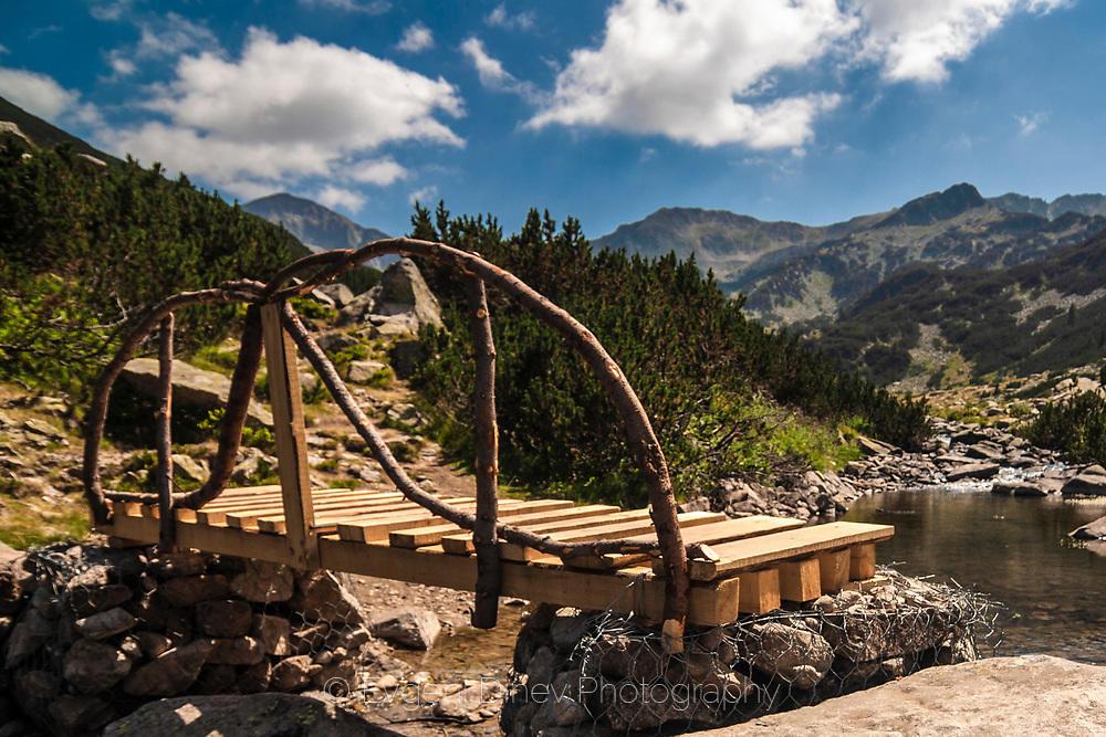 Дървен мост над река в Пирин